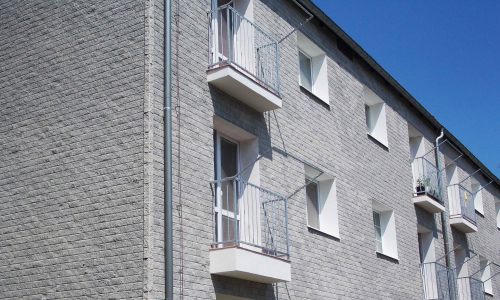 Mortarless siding on residential building